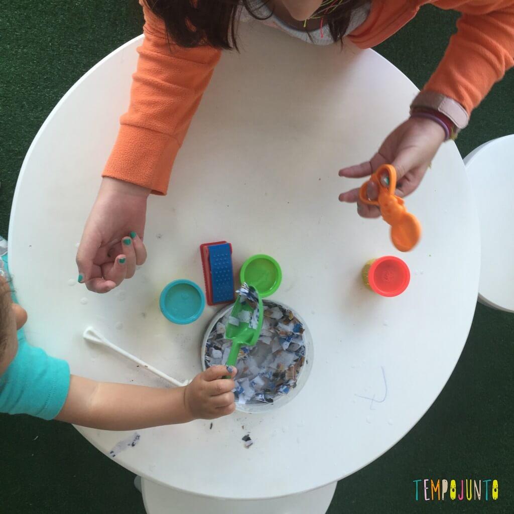 Brincadeira sensorial com papel picado - carol e gabi brincando com o papel