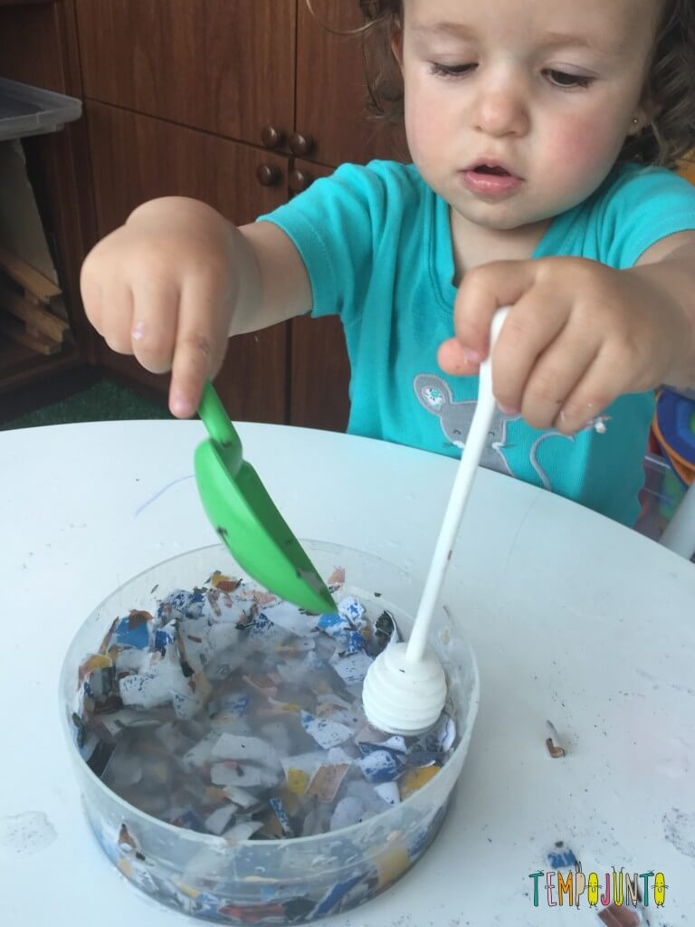 Brincadeira sensorial com papel picado - gabi usando a pá e colher de mel