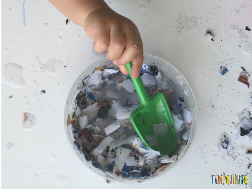 Brincadeira sensorial com papel picado - papel com a colher a pá verde
