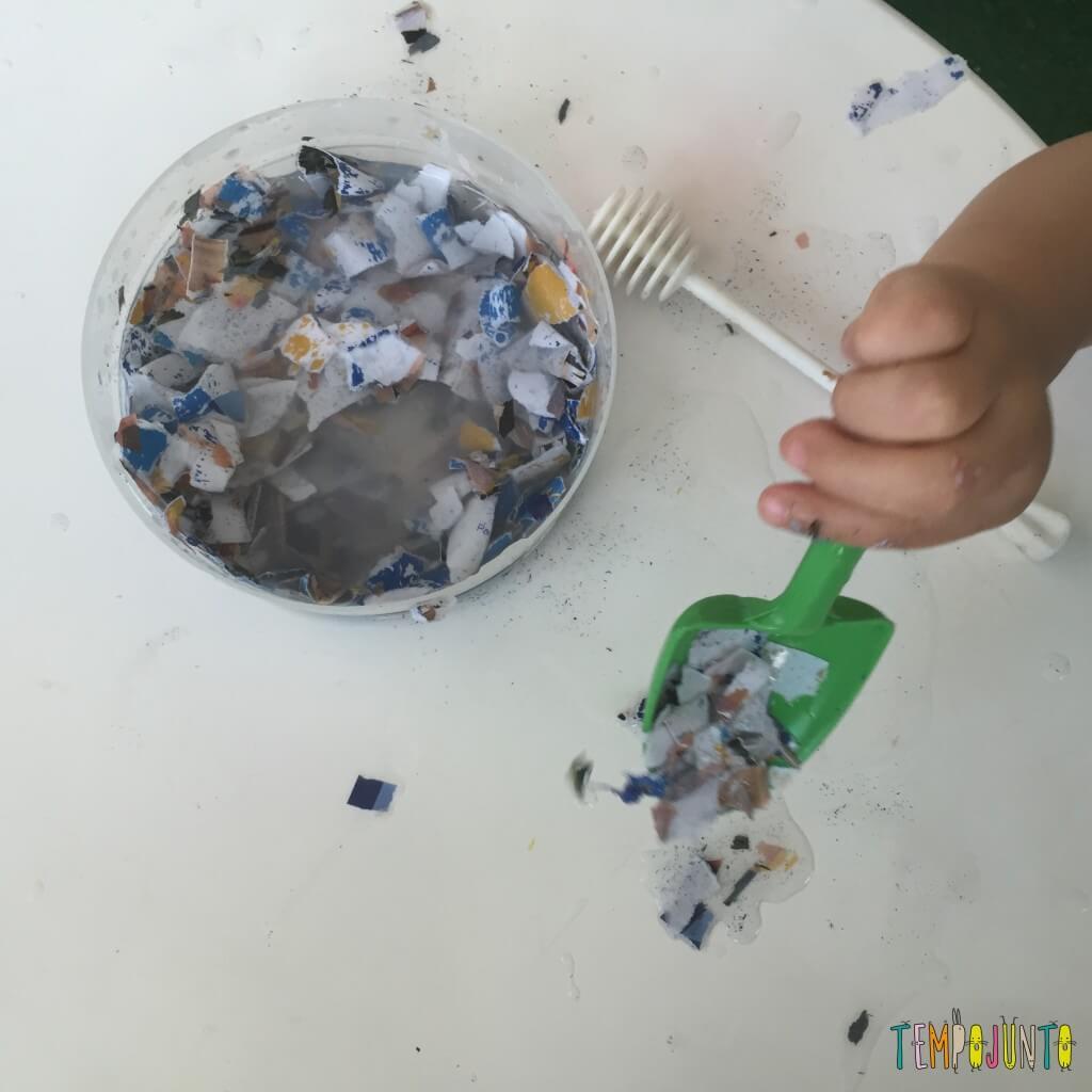 Brincadeira sensorial com papel picado - papel com a pá