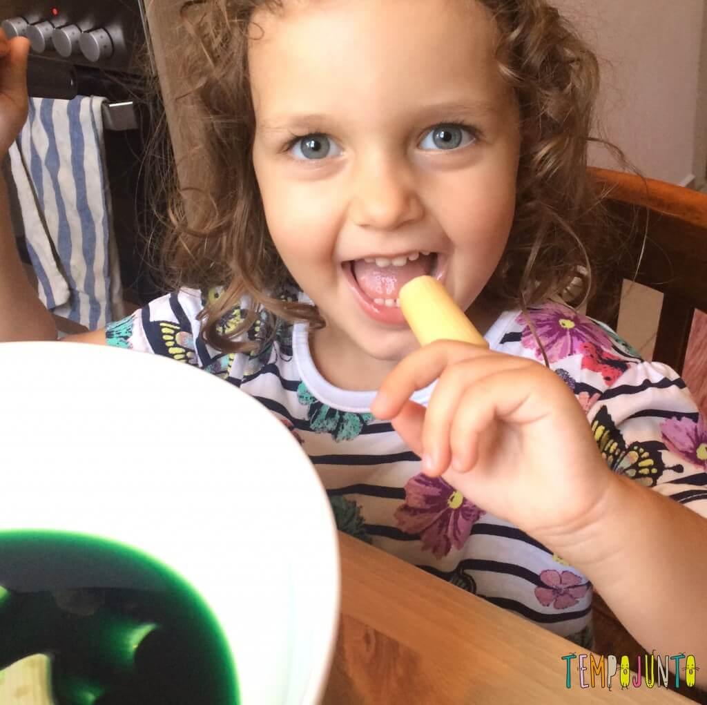 Brincando na cozinha - como criar uma Floresta Encantada dos Nutrientes com as crianças - provando o macarrao