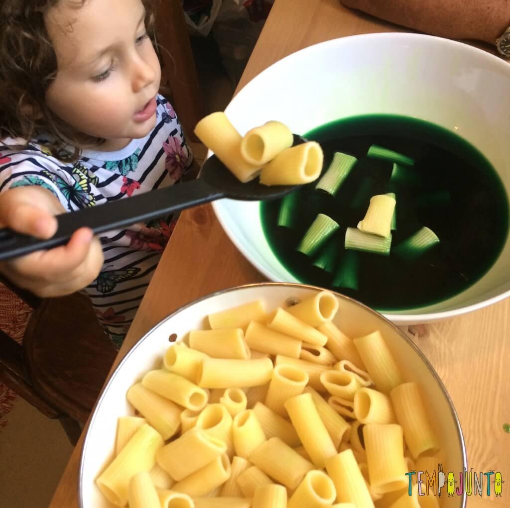 Brincando na cozinha - como criar uma Floresta Encantada dos Nutrientes com as crianças - tingindo o macarrao