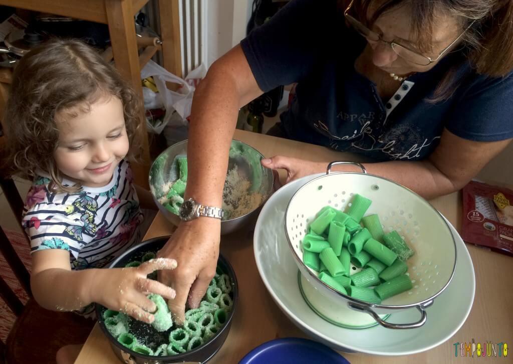Brincando na cozinha - como criar uma Floresta Encantada dos Nutrientes com as crianças - vovo ajudando