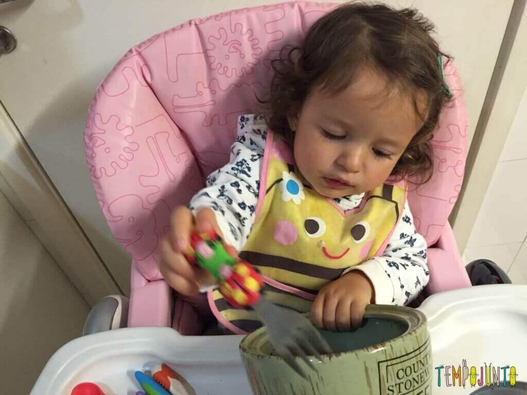 Como aproveitar o cotidiano para brincar com seus filhos pequenos - Gabi com garfo no pote de cafe