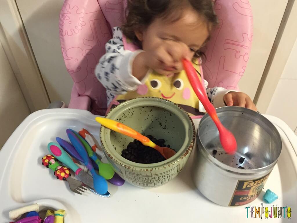 Como aproveitar o cotidiano para brincar com seus filhos pequenos - Gabi com pote de café