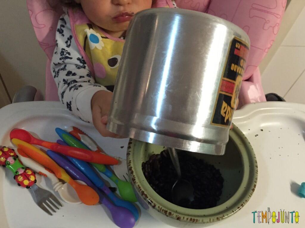 Como aproveitar o cotidiano para brincar com seus filhos pequenos - Gabi devolvendo os grãos do pote de café