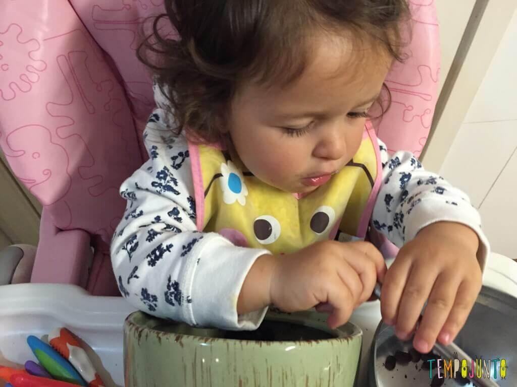 Como aproveitar o cotidiano para brincar com seus filhos pequenos - Gabi passando pro pote de café