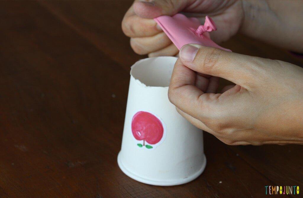 Como fazer um brinquedo com copo descartável - colocando bexiga