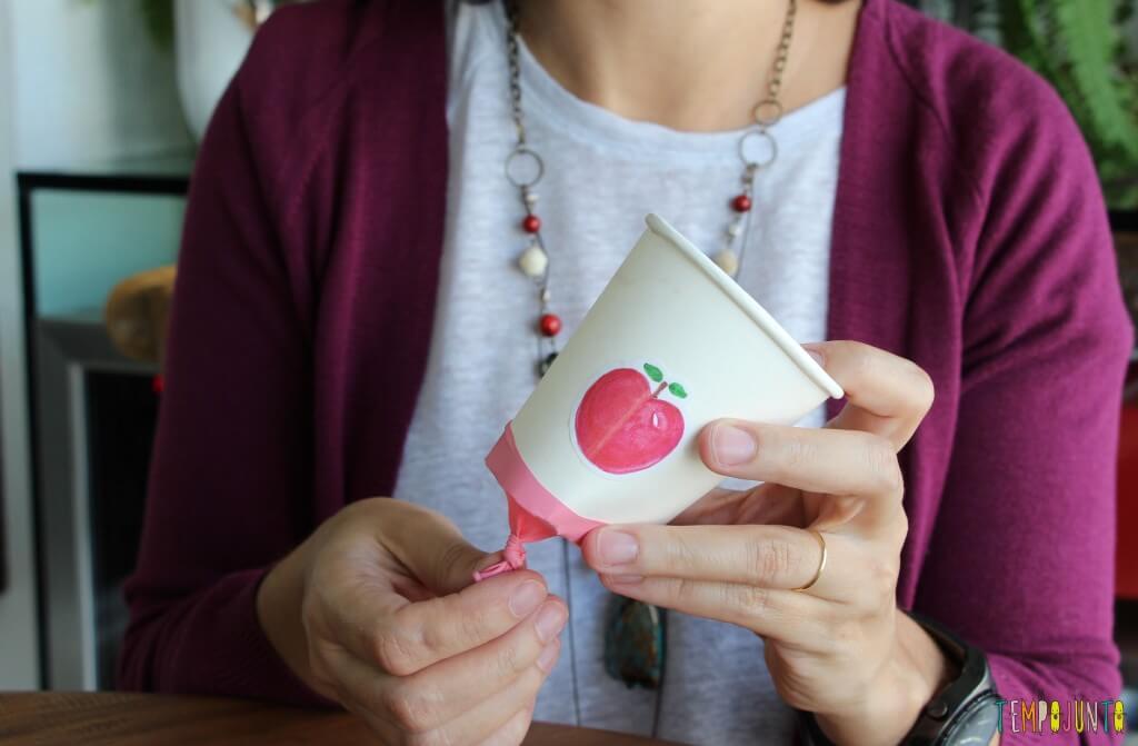 Como fazer um brinquedo com copo descartável - lançador pronto