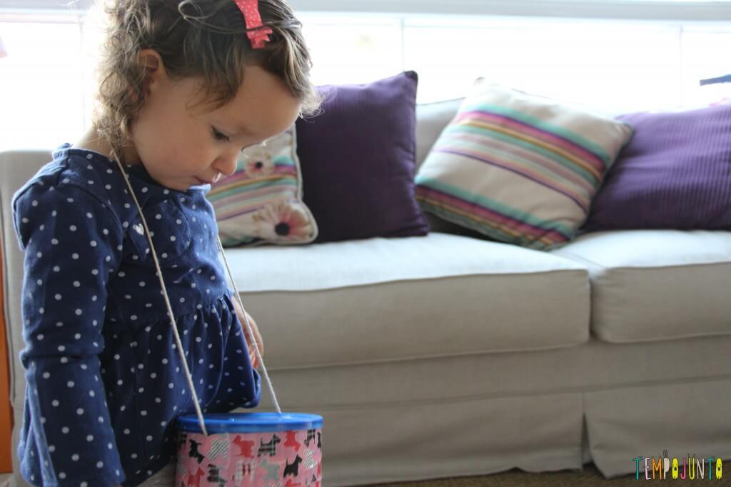 Como fazer um brinquedo para bebês com uma lata - Gabi olhando o pe de lata
