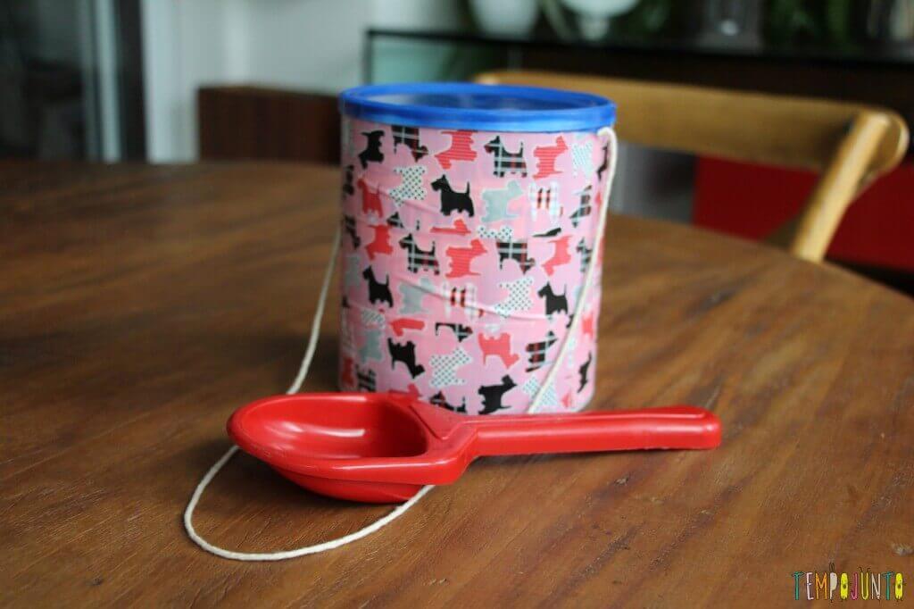 Como fazer um brinquedo para bebês com uma lata - tambor com a colher