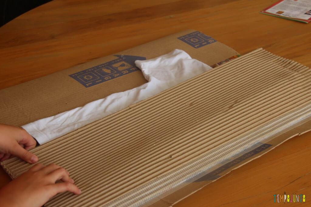 Brinquedo caseiro feito com caixa de papelão - fazendo um dobrador de camisa com o primeiro braço