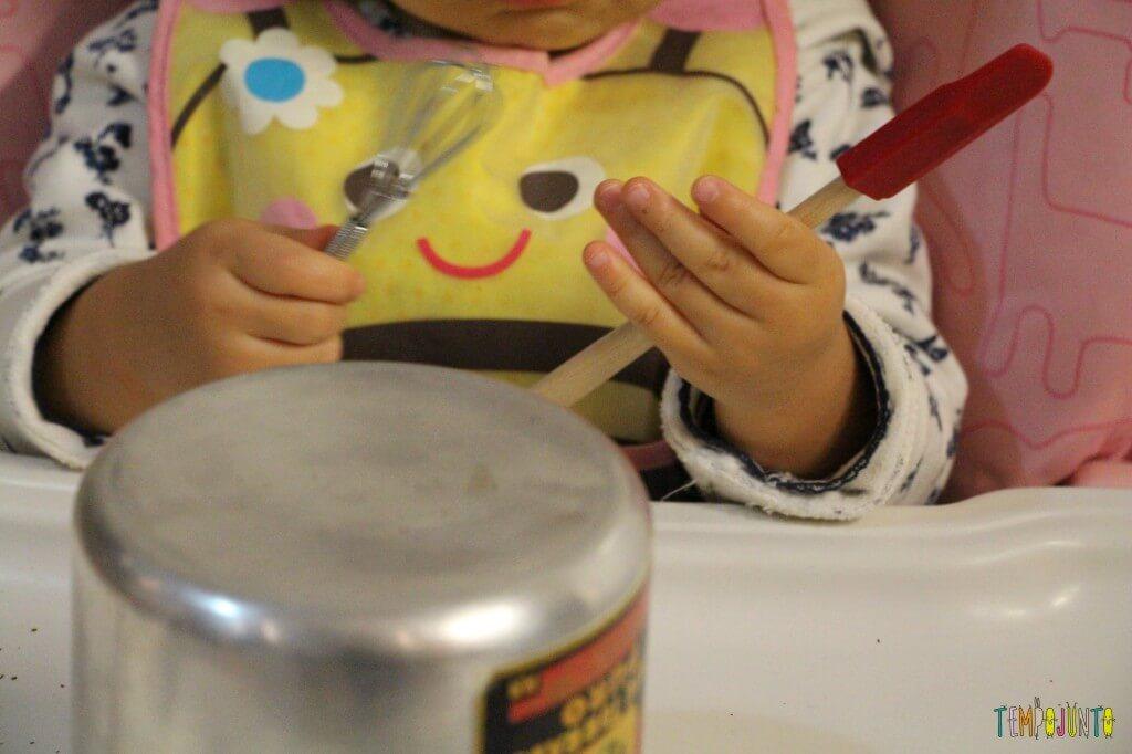 Mais um jeito de brincar com lata com os pequenos - maos da Gabi com os utensilios