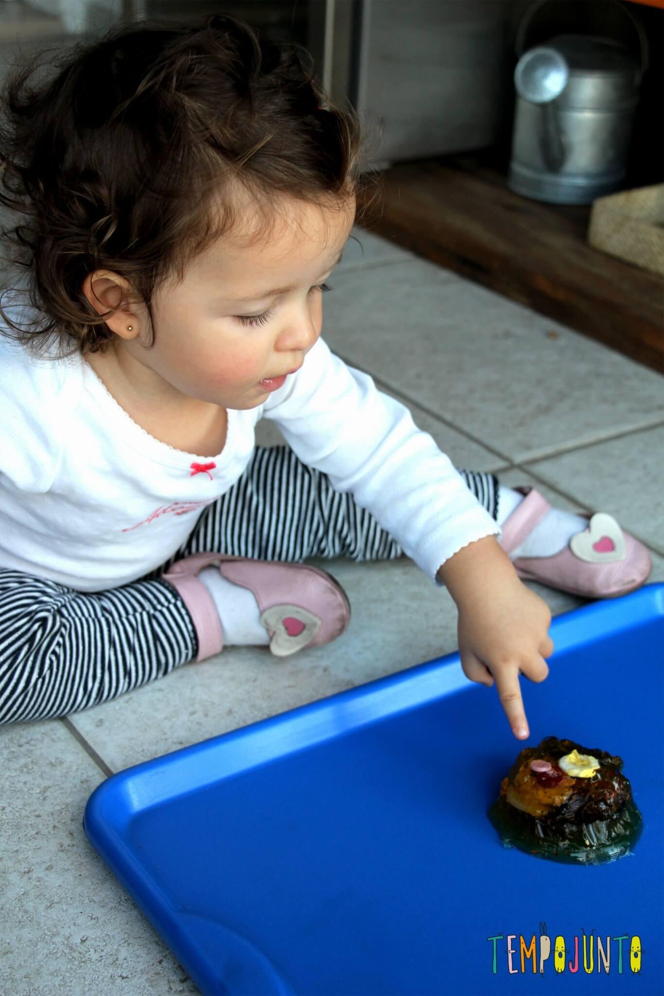 Mais uma brincadeira com gelatina para bebês - gabi com o dedinho