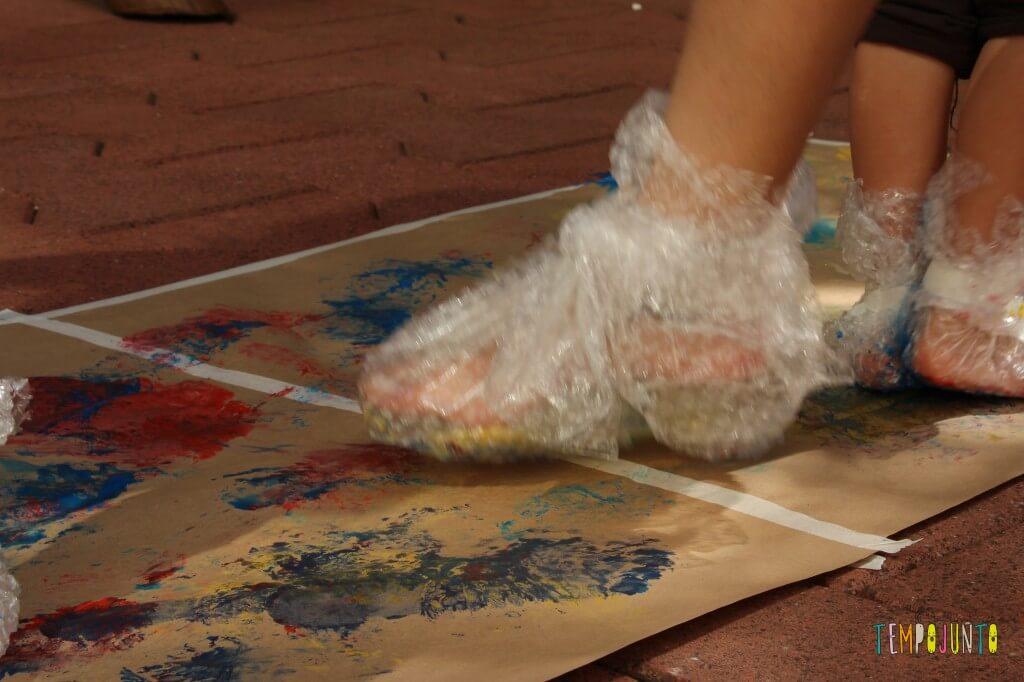 Pintura com plástico bolha nos pés pra divertir a garotada - pintura com o pé