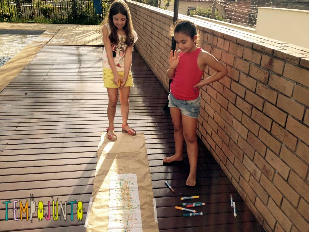 8 brincadeiras de arte_borrifando_papel_toalha