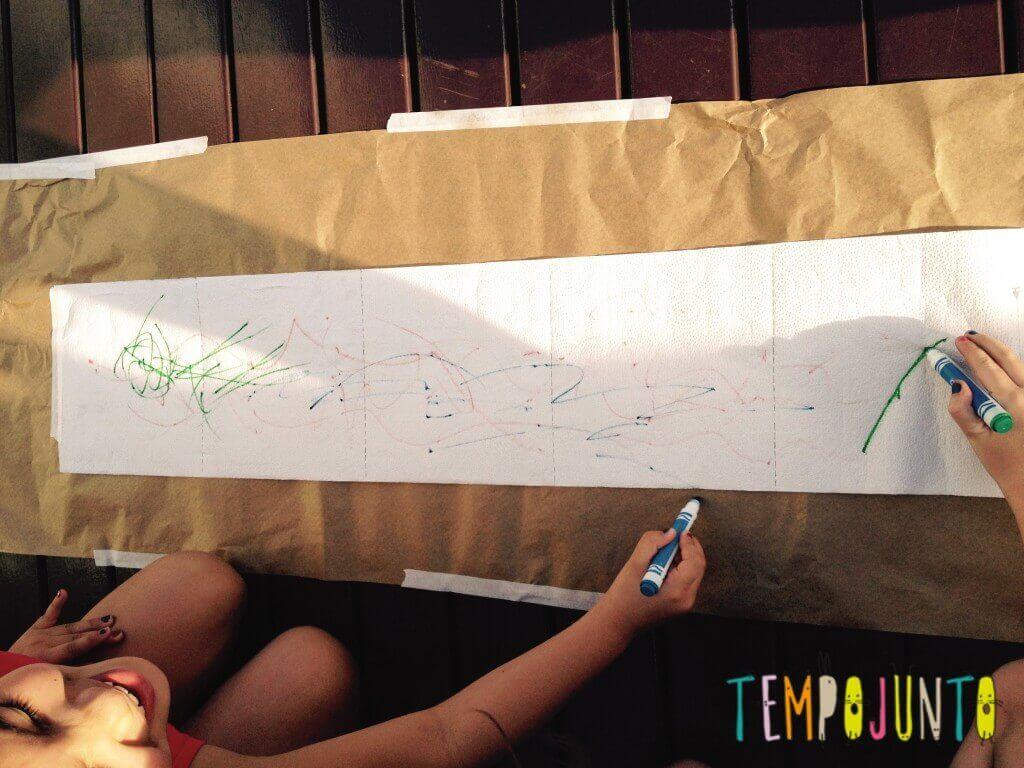 8 brincadeiras de arte_desenhando_papel_toalha