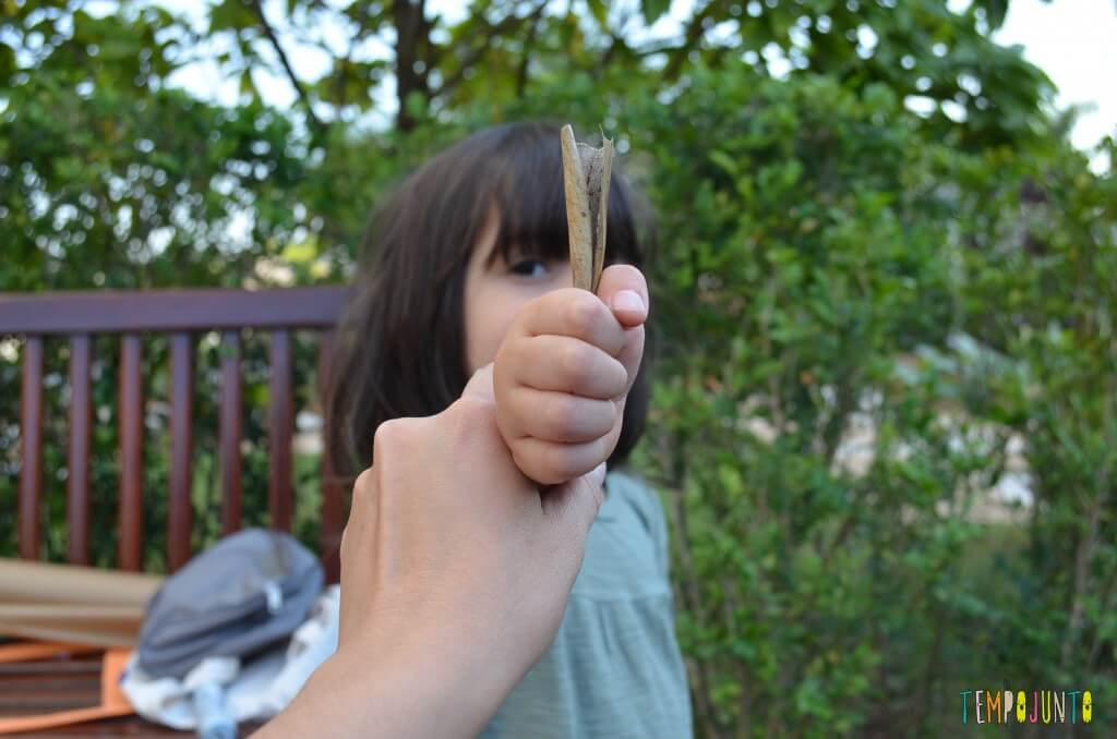 8 brincadeiras de artes ao ar livre - Sofia com a folha