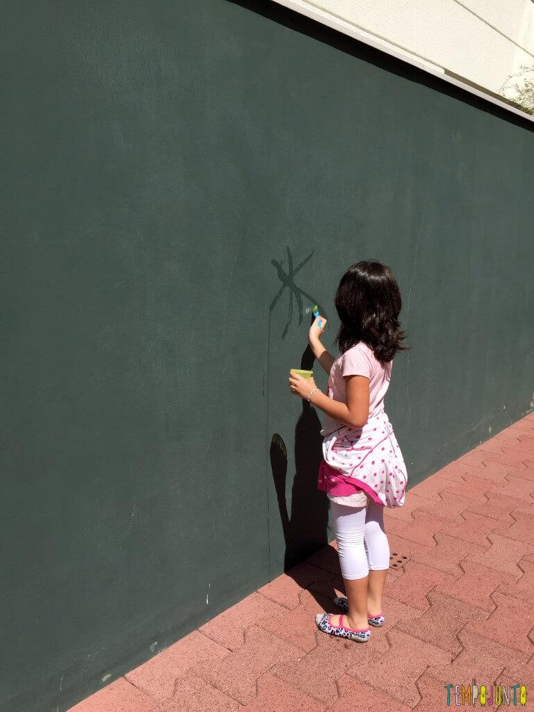 Arte sem sujeira com bebês - carol pintando