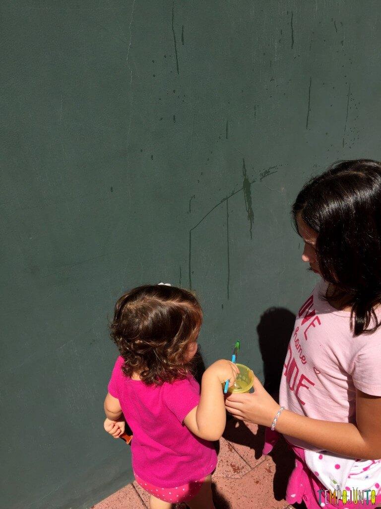 Arte sem sujeira com bebês - gabi molhando o pincel na agua