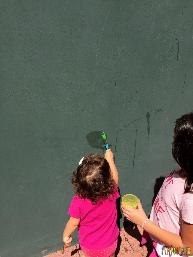 Arte sem sujeira com bebês - gabi pintando a parede