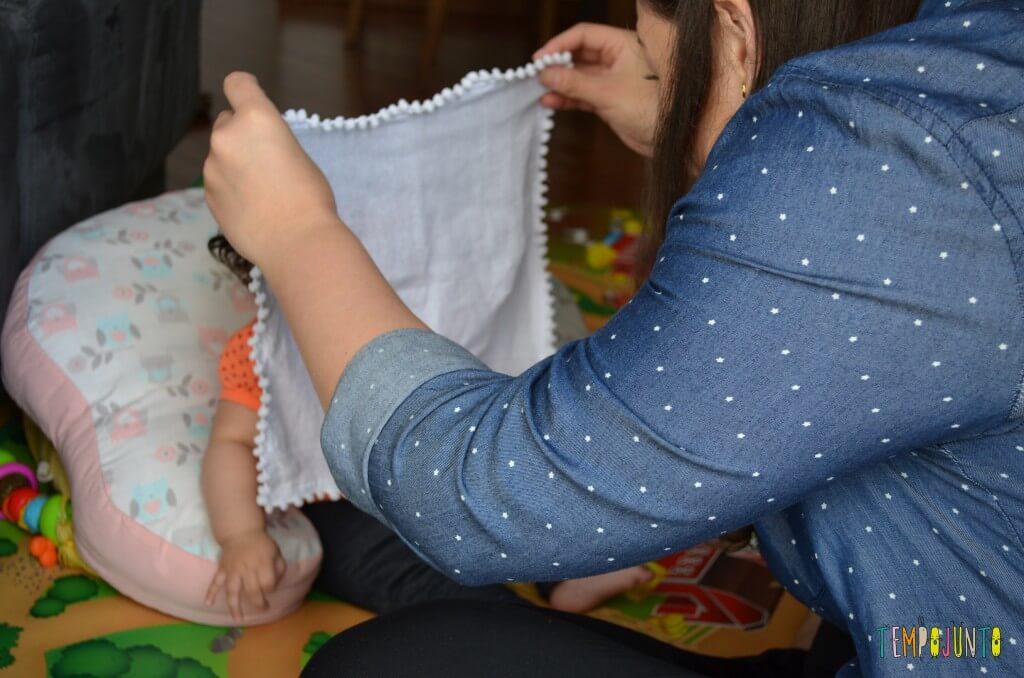 Brincadeira com o bebê no espelho para estimular os sentidos - Brincadeira do cadê