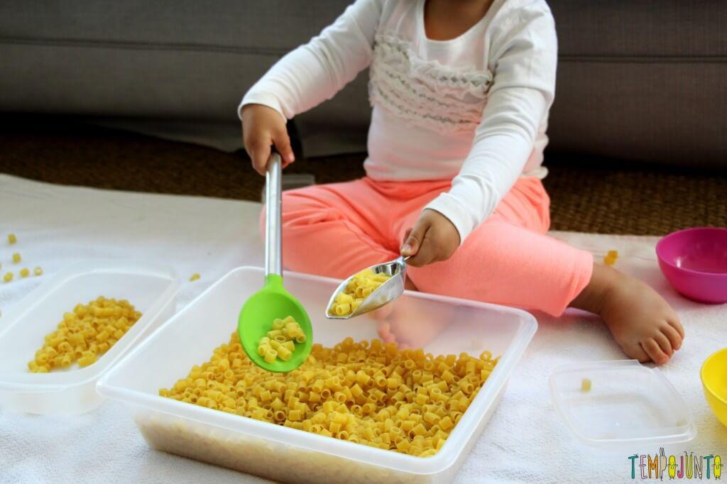 Brincadeira para fazer em casa com o seu filho pequeno - gabi usando colher e pa