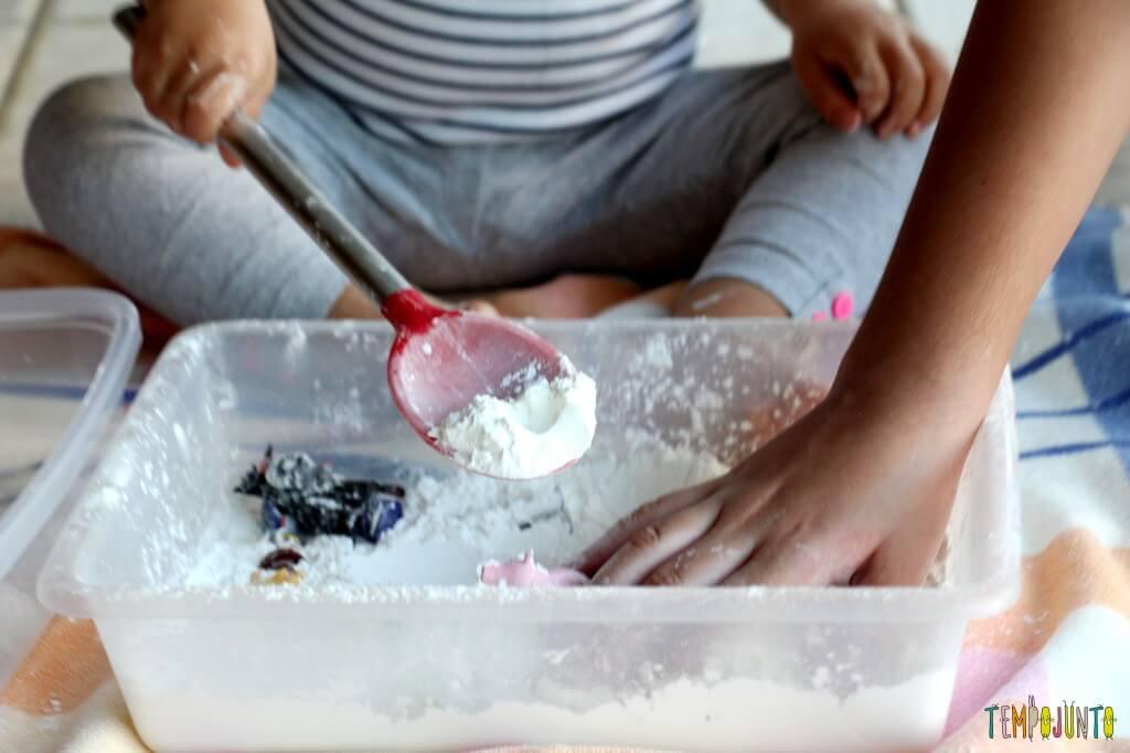 Brincadeira sensorial para todas as idades_maisena_carol tocando farinha