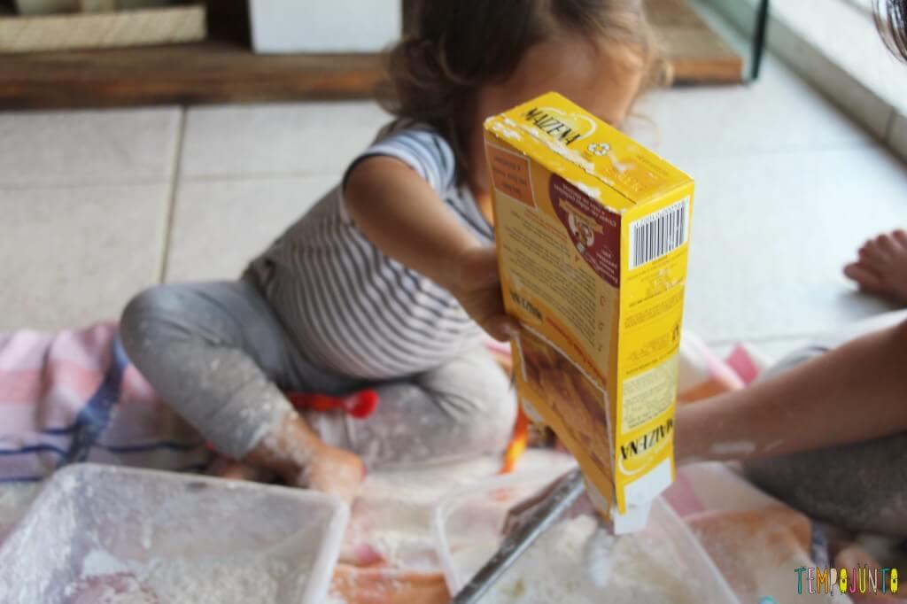 Brincadeira sensorial para todas as idades_maisena_gabi colocando mais maisena
