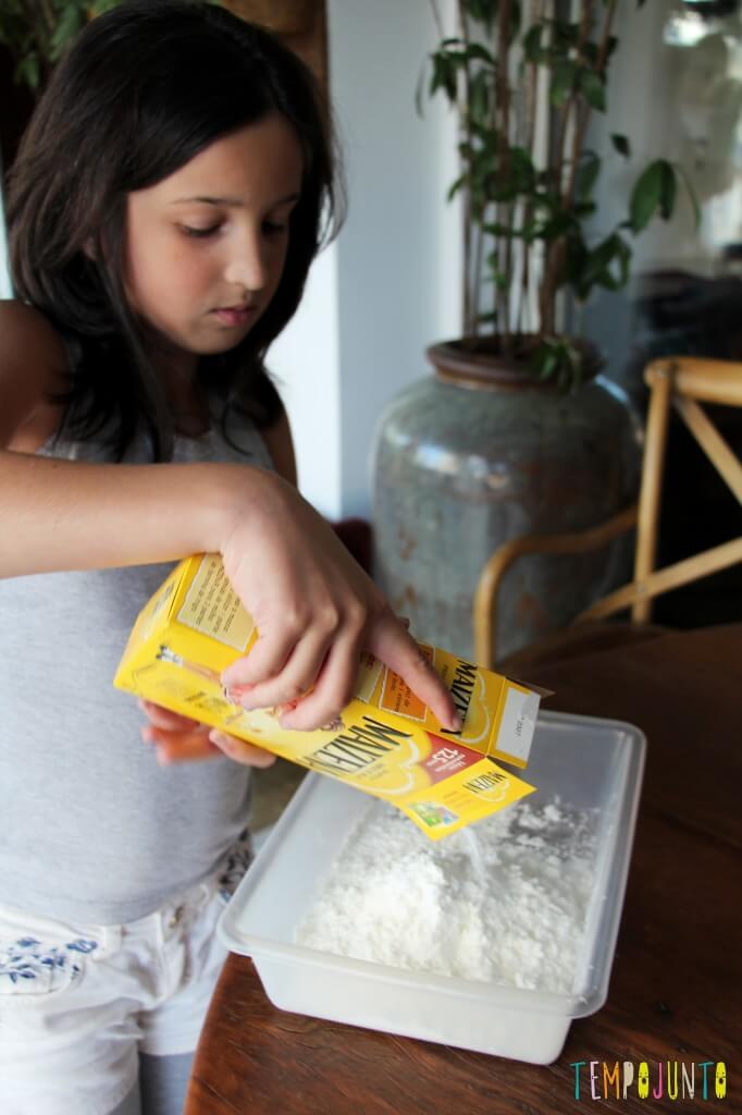 Brincadeira sensorial para todas as idades_maizena_carol abrindo embalagem