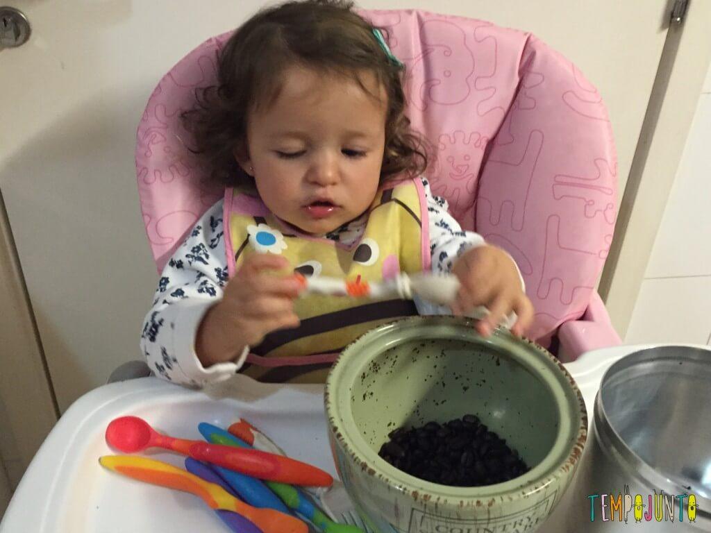 Como aproveitar o cotidiano para brincar com seus filhos pequenos - Gabi virando a colher