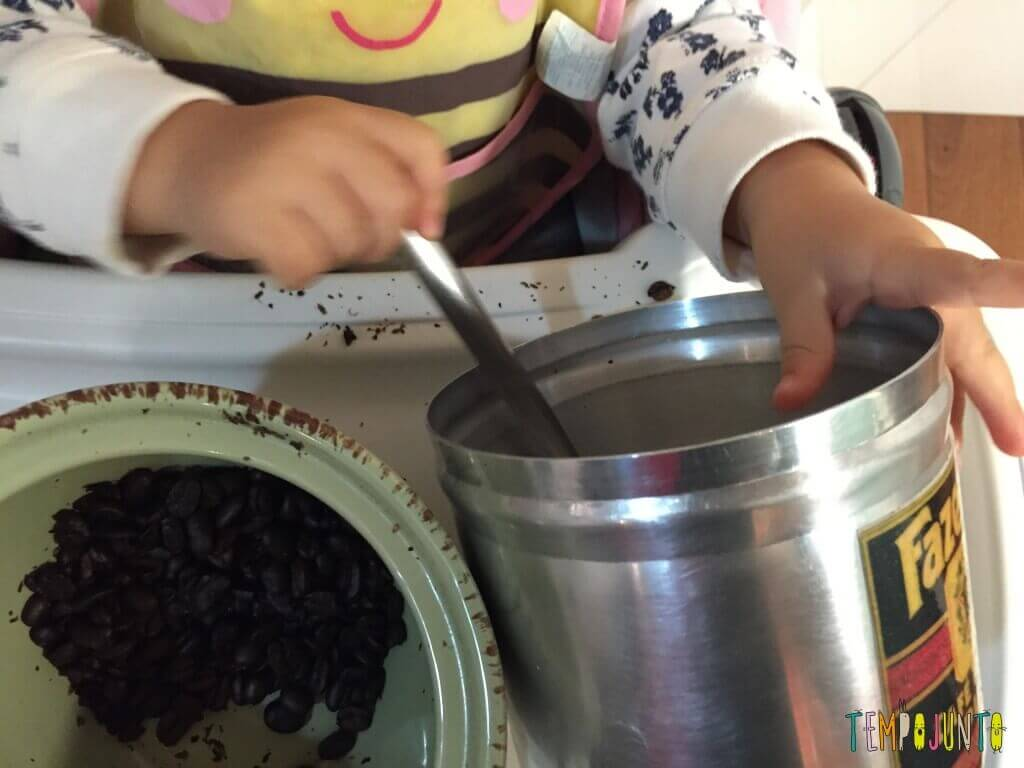 Como aproveitar o cotidiano para brincar com seus filhos pequenos - pote com café