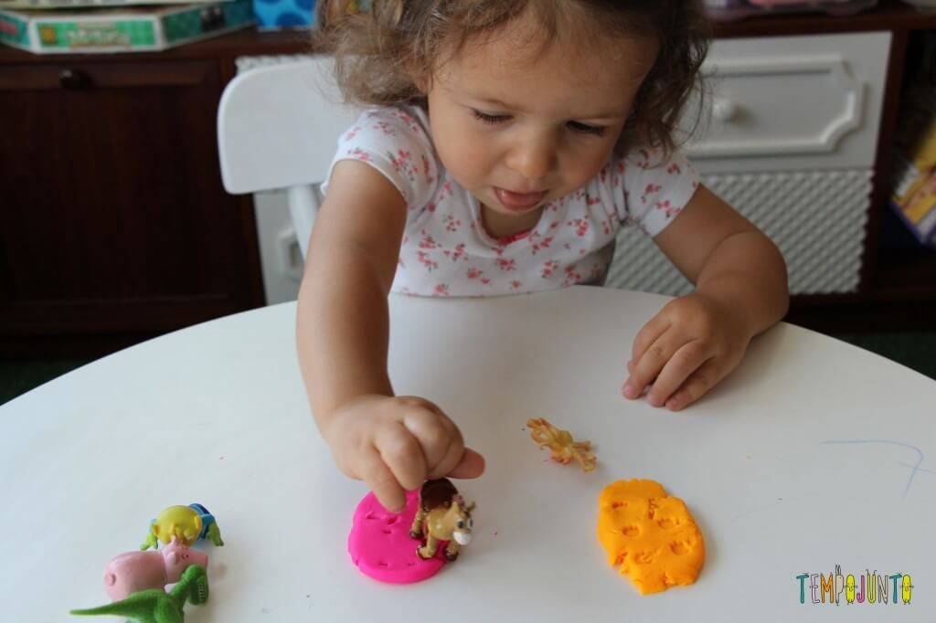 Como brincar de massinha com as crianças pequenas - gabi botando as pegadas na massinha