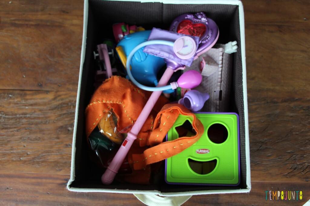 Como organizar uma rotina de brincadeiras para bebês - caixa de cacareco