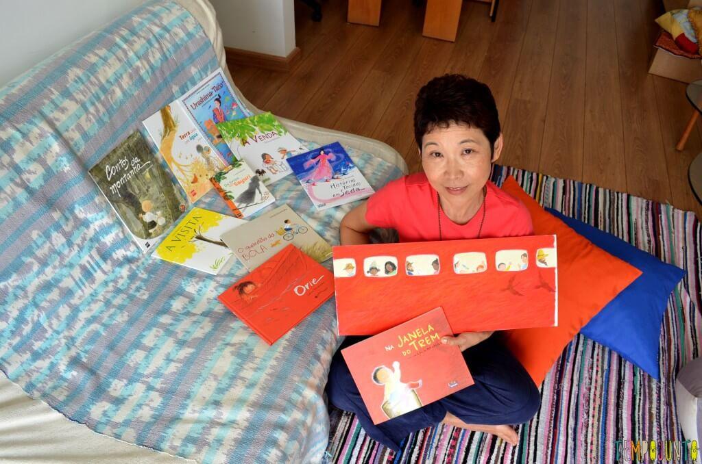 Livro Brincante- Lucia Hiratsuka - Memórias do oriente embaladas em contos infantis - lucia com livro vermelho