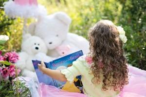 Mais 5 brincadeiras que tornam a hora da leitura mais estimulante - menina lendo com ursinhos