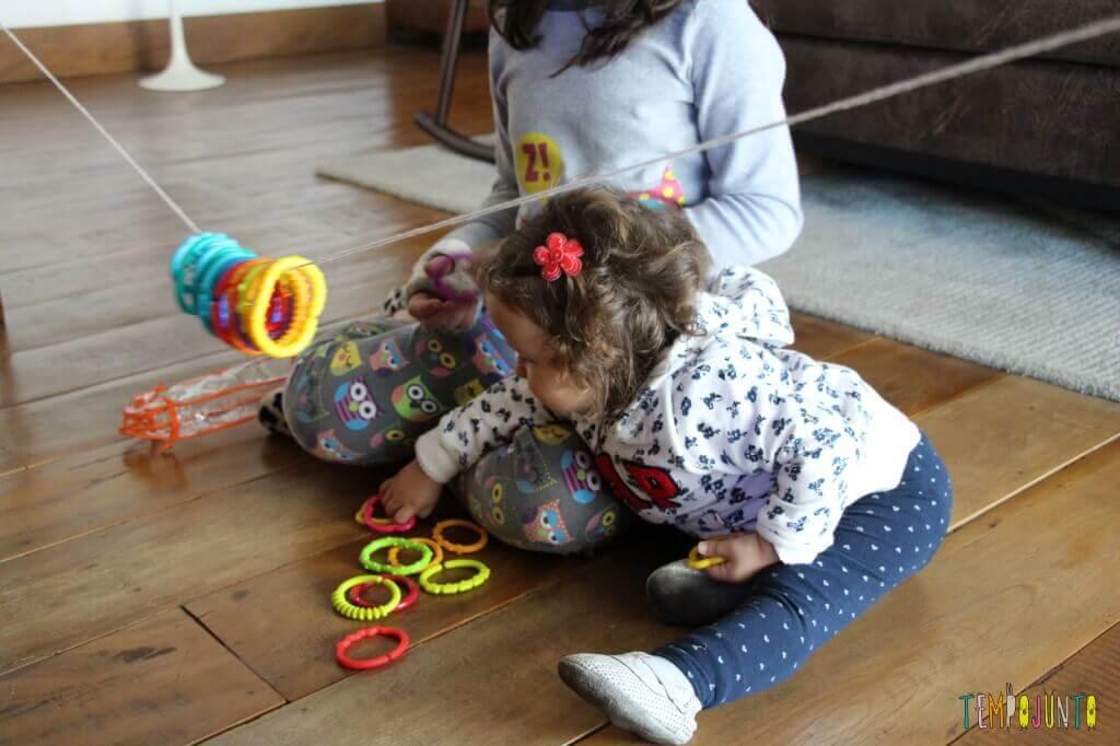 Mais 7 brincadeiras para irmãos de idades diferentes - brincadeira de argolas no fio