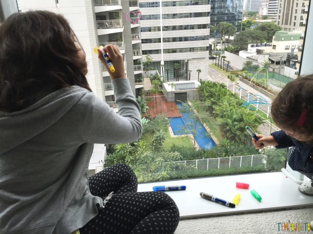 Mais 7 brincadeiras para irmãos de idades diferentes_desenhando na janela
