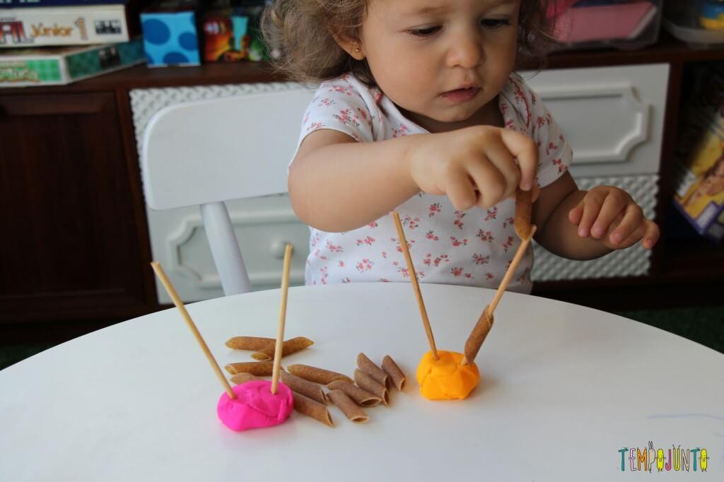 Mais um jeito de brincar de massinha com os seus pequenos - Gabi enfiando um macarrão