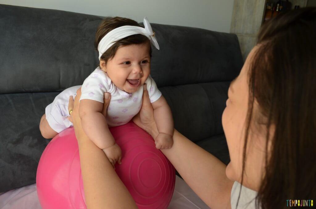Novas brincadeiras para ajudar o bebê a ficar de bruços - bebe na bola para equilibro