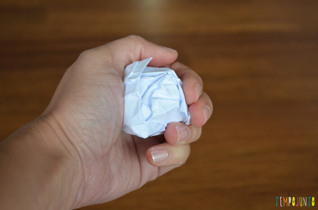 Pintura no papel amassado - a bolinha de papel amassado pra pintura