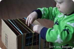 15 ideias criativas para fazer instrumentos musicais com crianças - guitarra de papelao para bebes