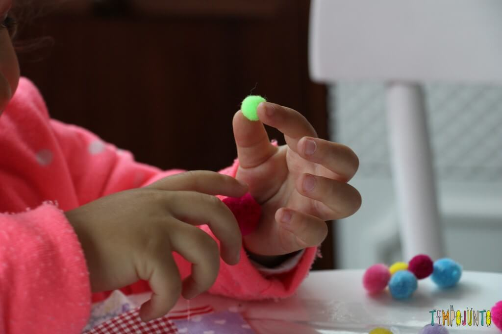 Arte para crianças pequenas - colagem no contact - Gabi vendo o que tinha na mao