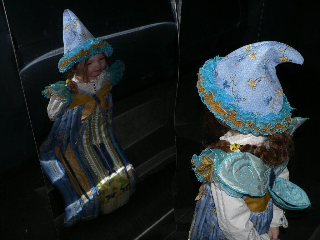 As descobertas incríveis ao brincar com seu filho no espelho - menina fantasia