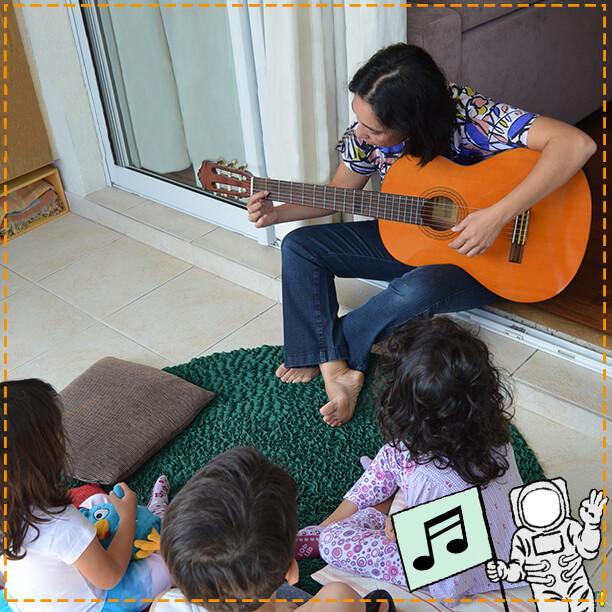 Bia Bedran fala sobre brincadeira, música e educação - pat e as crianças com violao