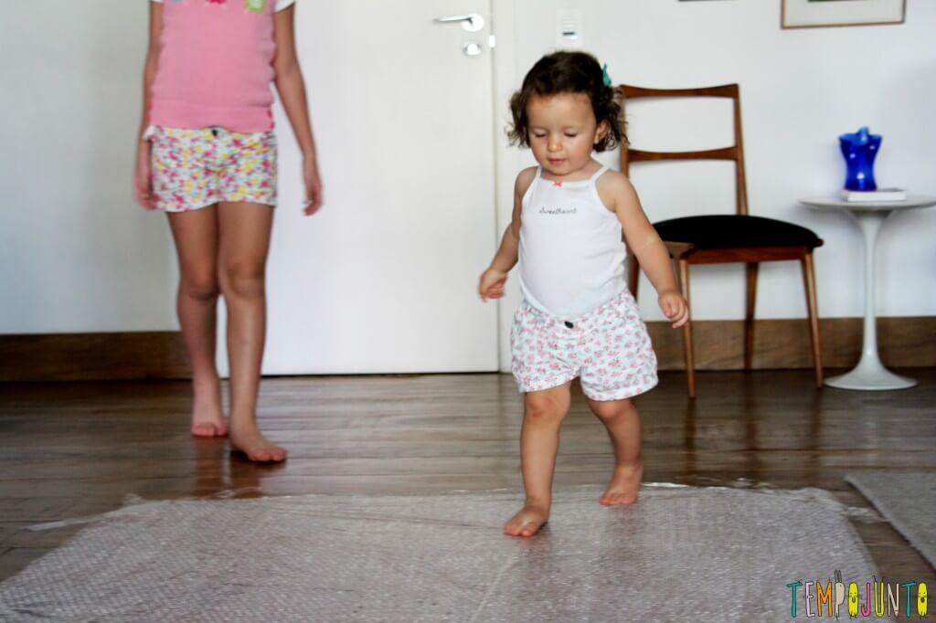 Brincadeira com plástico bolha para divertir os seus pequenos - crianças chegando para brincar