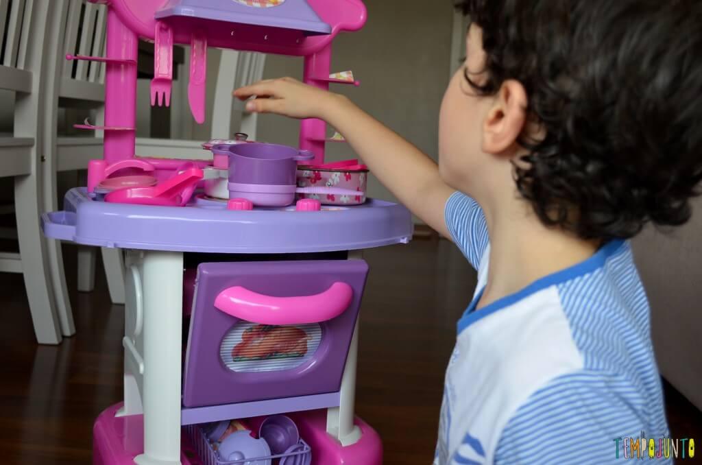 Brincadeira de menino para meninos e de meninas para meninas - henrique brincando de casinha