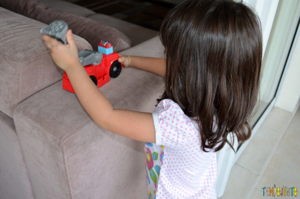 Brincadeira de menino para meninos e de meninas para meninas - larissa brincando com carrinho