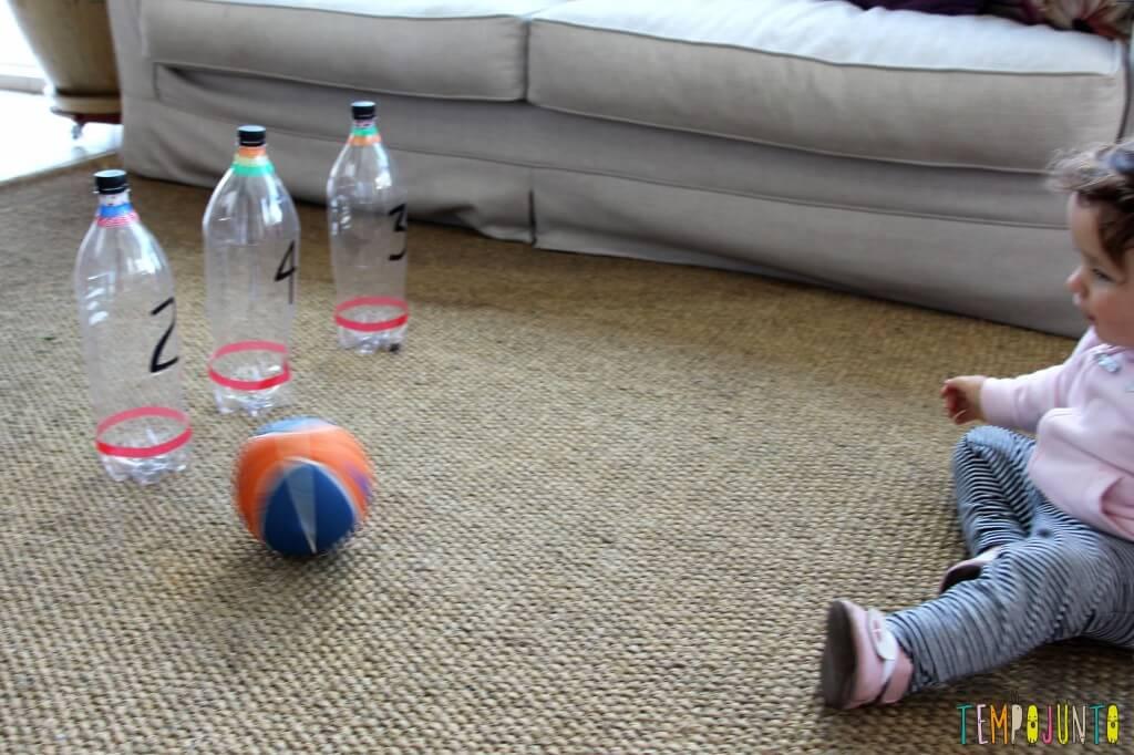 Brincadeira de movimento com boliche caseiro - gabi tentando rolar a bola