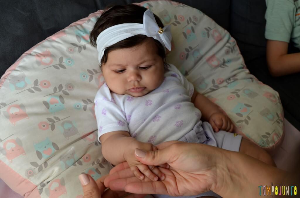 Brincadeira para fortalecer a pegada do recem-nascido - bebe de longe